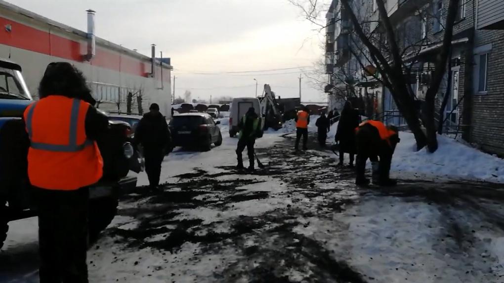 «Цвет настроения черный»: власти Барабинска не смогли объяснить происхождение опасной смеси на тротуарах