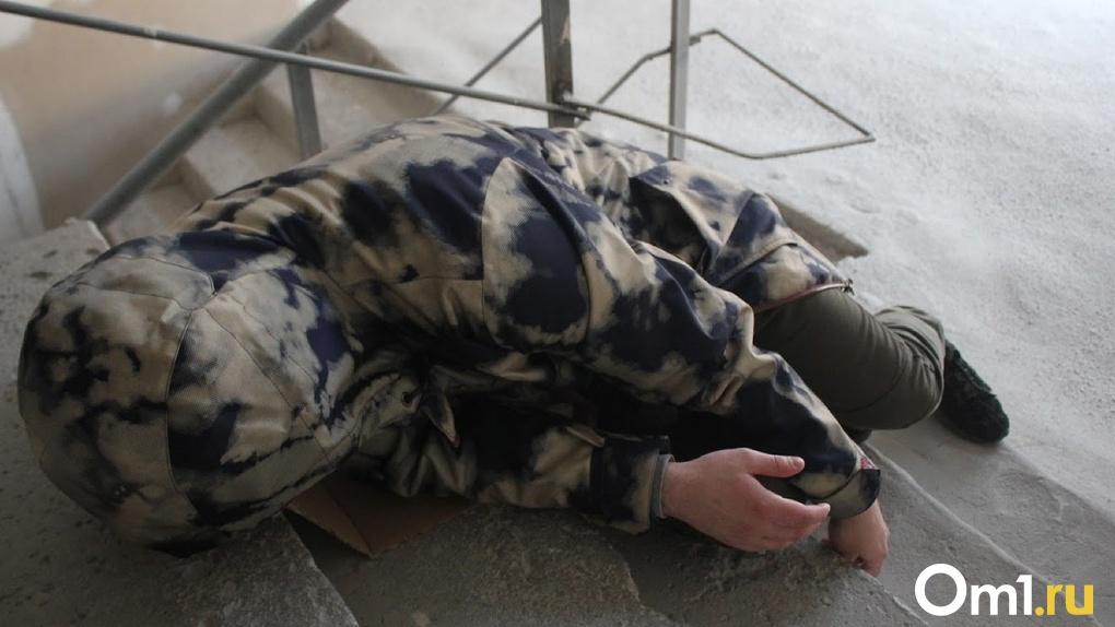 Зашел в подъезд и умер. В Чкаловском поселке омичи нашли труп дворника