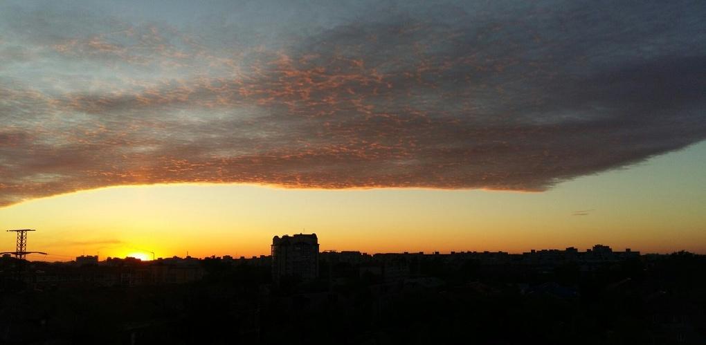 Омичей встревожил красный закат над городом