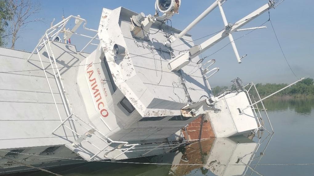 В омский Иртыш выливается топливо из перевернувшегося речного судна