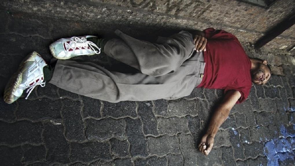 В Омске на улице нашли неподвижно лежащего мужчину. Подходить к нему побоялись