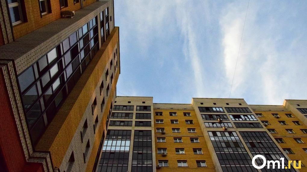 Омич выпал из окна 7-го этажа прямо на асфальт