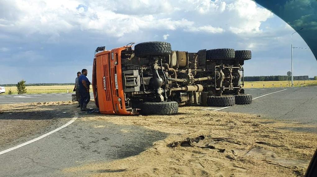 Внезапная дюна. На трассе под Омском перевернулся грузовик с песком (Фото)