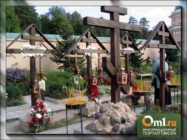 Бесплатные грабли и биотуалеты: омские кладбища готовят к Родительскому дню