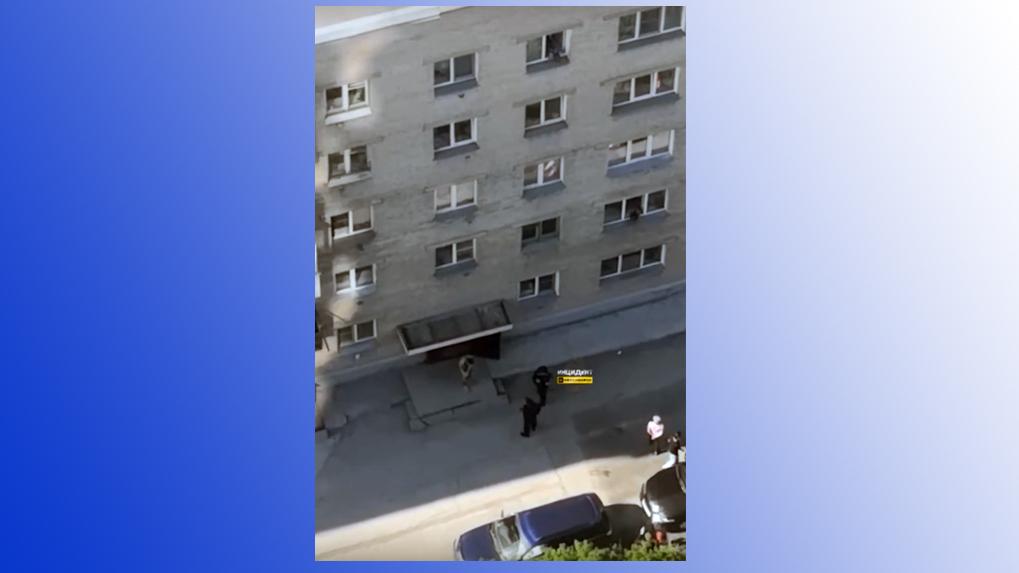 Голый новосибирец бегал по двору в Кировском районе