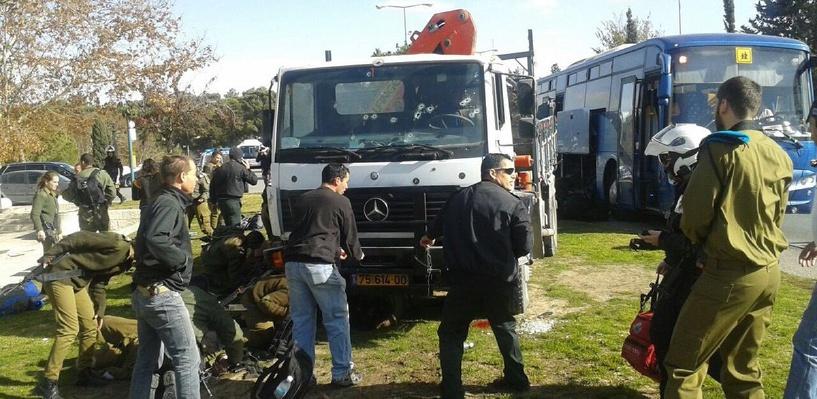 В Иерусалиме грузовик врезался в толпу прохожих. Полиция назвала случившееся терактом