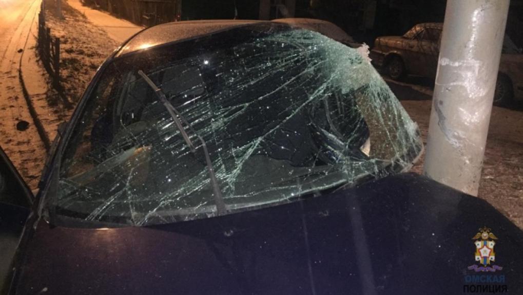 Погоня за легковушкой в Омске закончилась лобовым столкновением со столбом