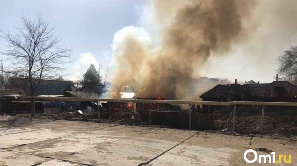 «Повнимательнее с открытым огнём». В Омске в частном секторе горит дом. ВИДЕО