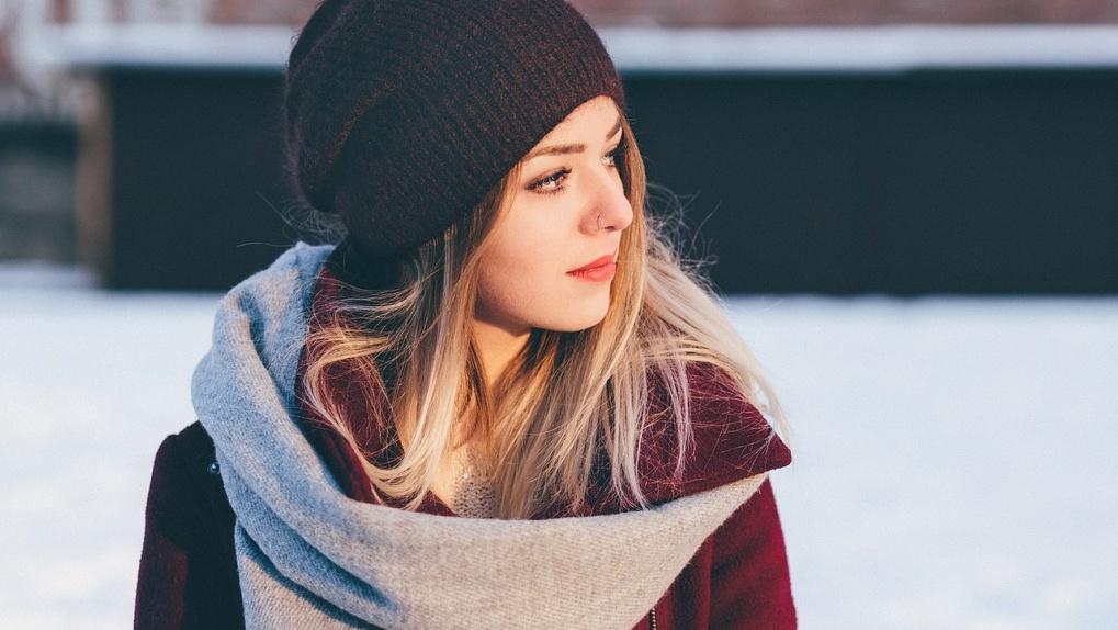 В Омске наступили холода: вместе с омичками учимся красиво завязывать шарф