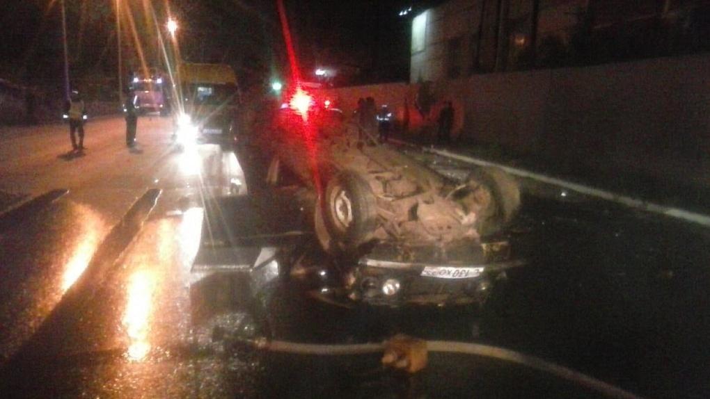 В Омске пьяный водитель перевернул машину и чуть не убил трёх пассажиров