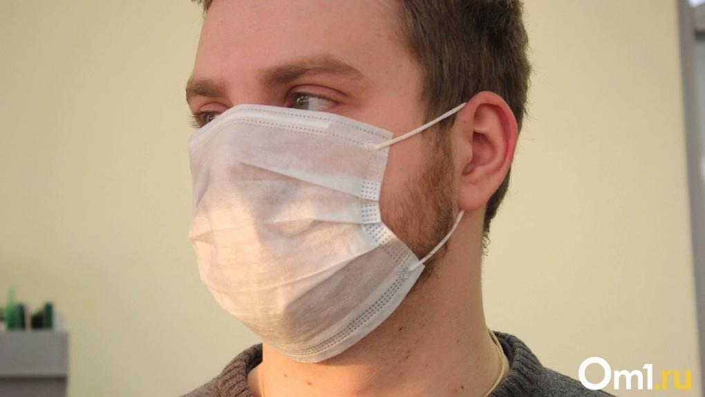 Депутат Госдумы Андрей Голушко передал в омскую инфекционную больницу первую партию медицинских масок