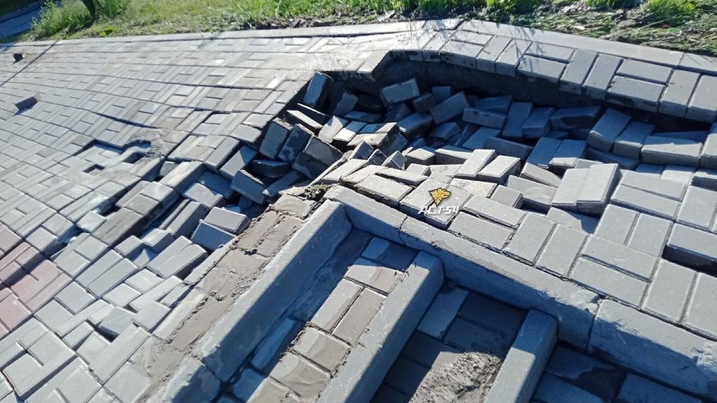 Больше 100 квадратных метров плитки восстановили в новосибирском парке «Городское начало»