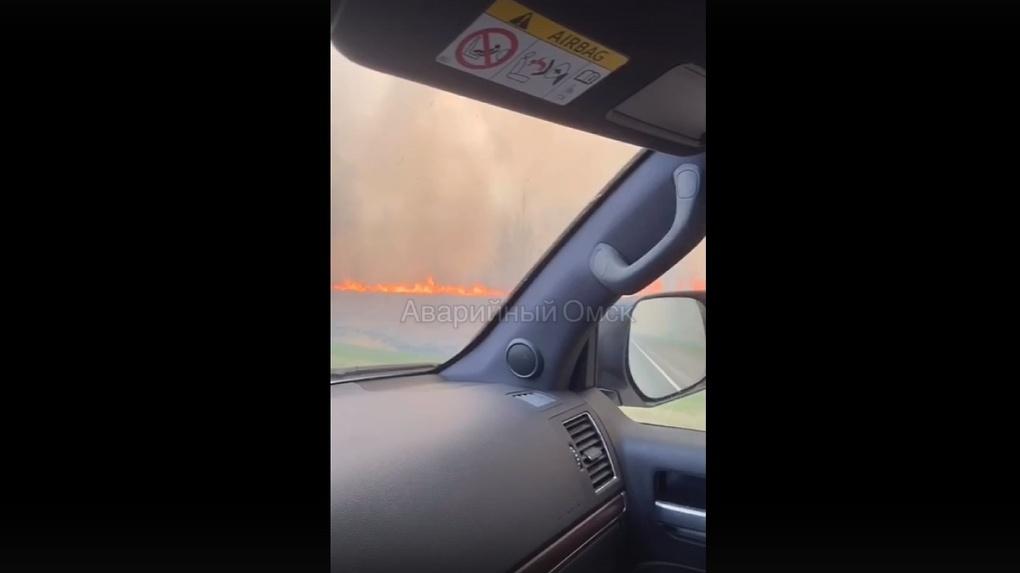 Лесные пожары в Омской области заволокли дымом «трассу смерти»