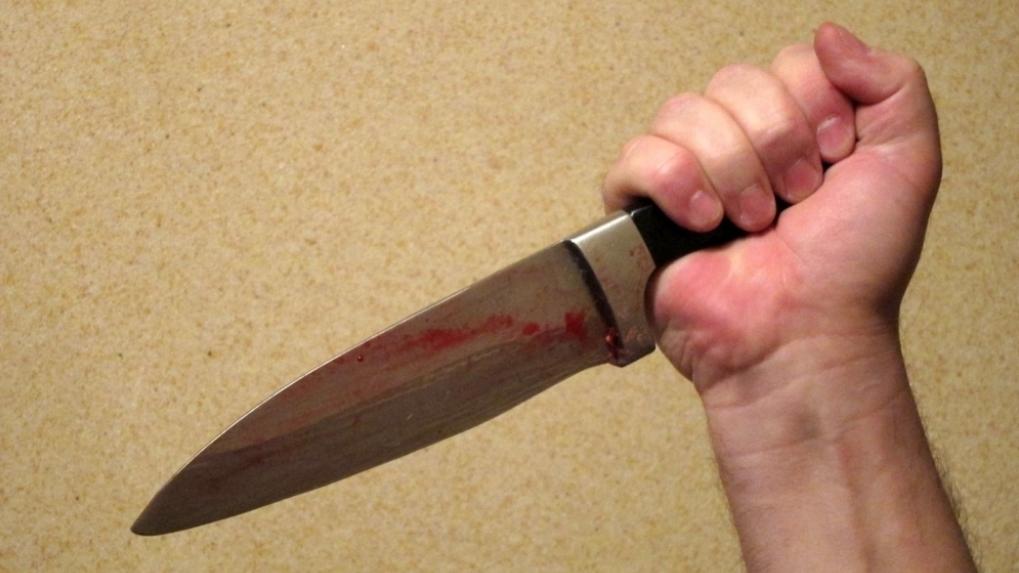 Срочно: в Омске владелец легковушки набросился с ножом на водителя автобуса