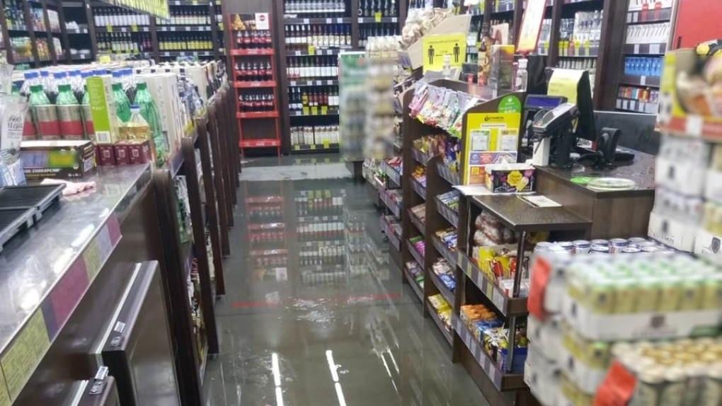 Кипяток затопил магазин в новосибирском микрорайоне Стрижи