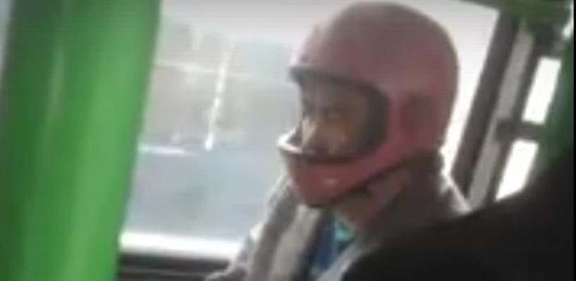 Омичей шокировал пассажир автобуса, ехавший в мотоциклетном шлеме