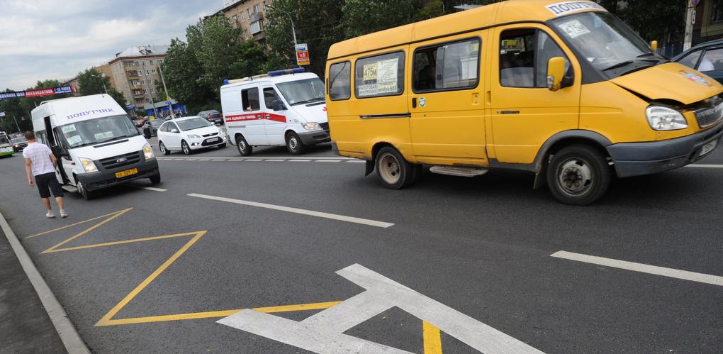 Омских маршрутчиков заставят останавливаться на остановках правильно