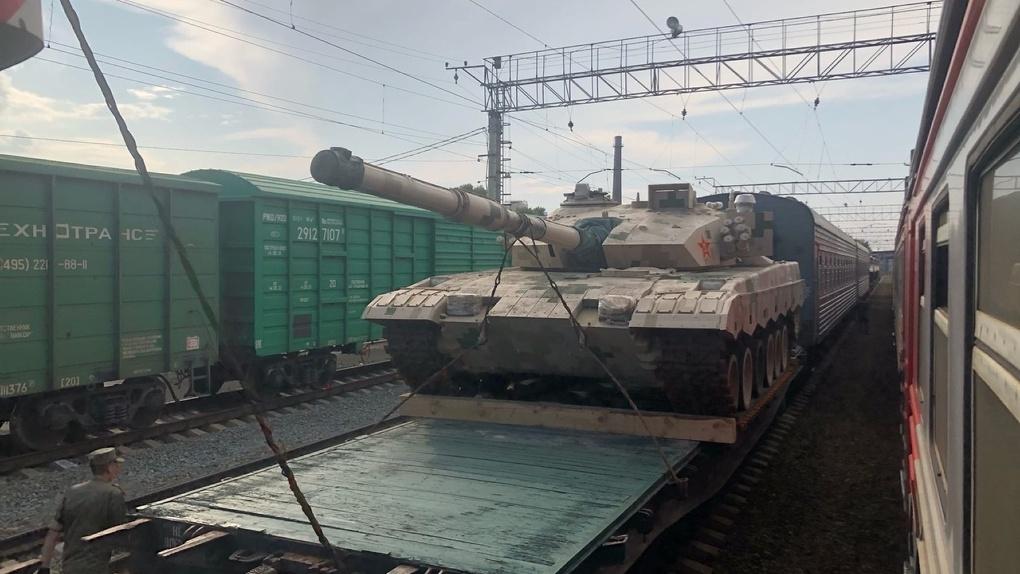 И что мы можем повторить? Новосибирцев напугал поезд с военной техникой из Китая
