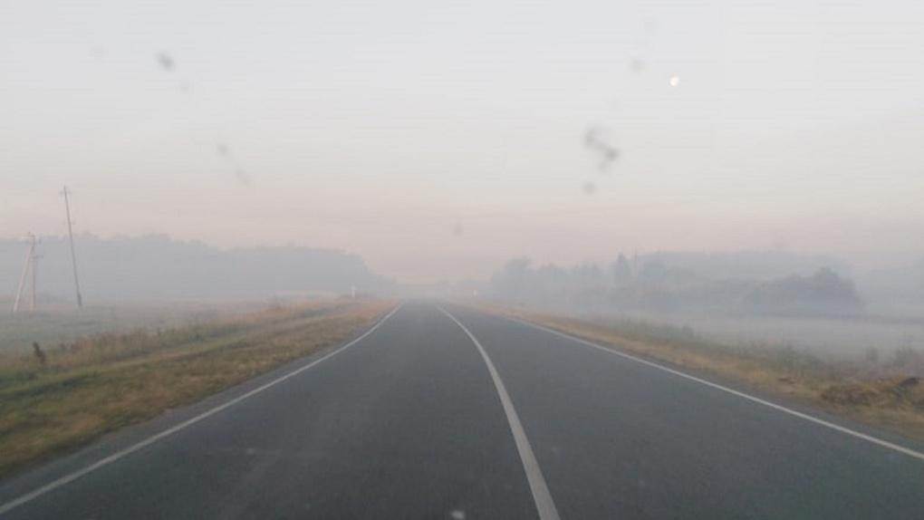 Омскую трассу заволокло дымом от лесных пожаров