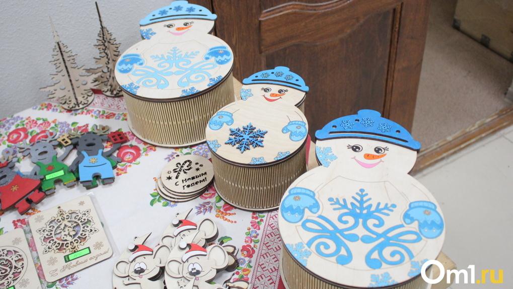 Омичей на новогодних каникулах зовут мастерить поделки, расписывать акрилом и пить чай