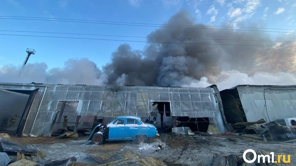 Едкий дым и невыносимый запах. Пожар в Омске тушили почти сутки