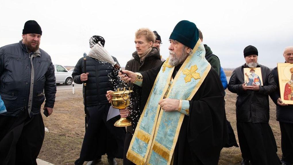 Митрополит Владимир возглавил автомобильный крестный ход вокруг Омска против коронавируса