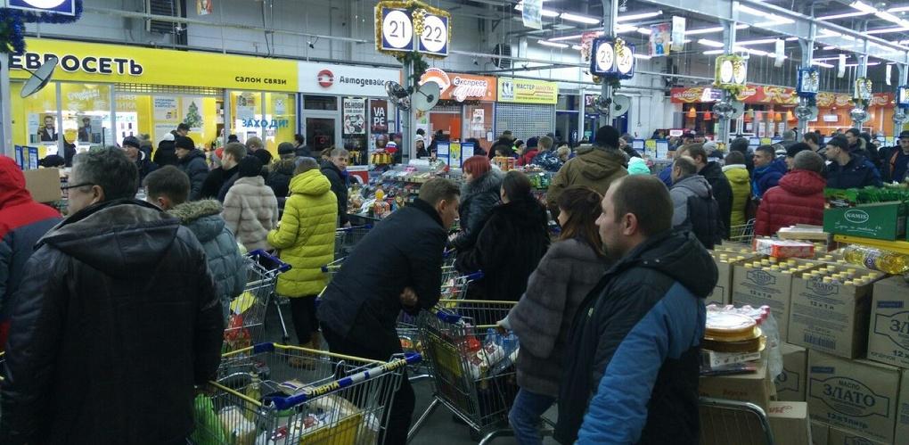 В омских гипермаркетах собираются огромные очереди - ФОТО