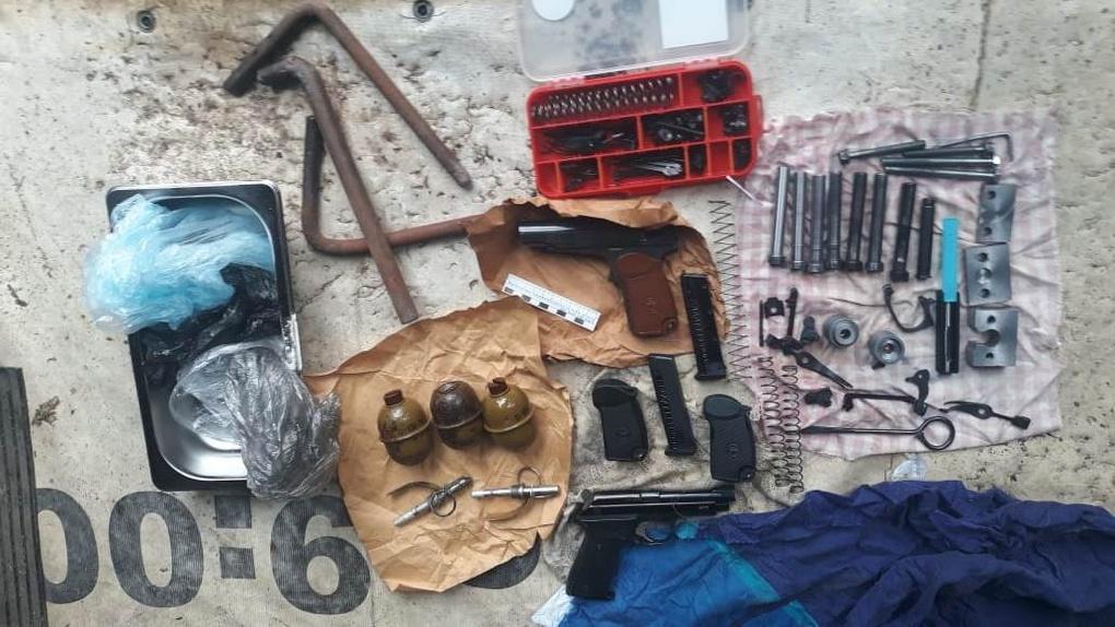 800 патронов, три пистолета и гранаты хранил новосибирец в съемных квартире и гараже