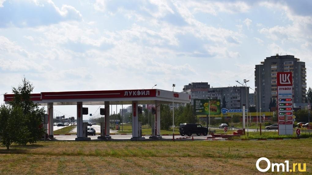 Стало известно, сколько литров бензина может позволить себе омич со средней зарплатой