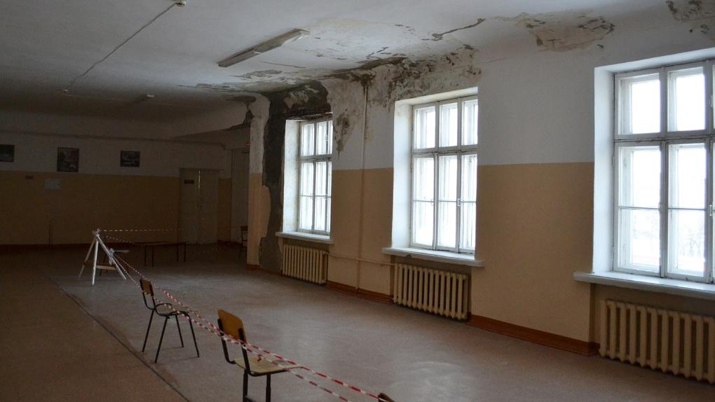 Новосибирские эксперты ОНФ выяснили, почему в школе № 109 протекают потолки и рушатся стены