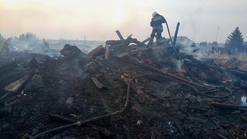 В Омске пожар повредил три жилых дома