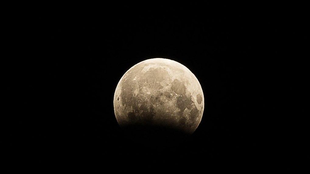 Омичи пришли в восторг от лунного затмения – ФОТО