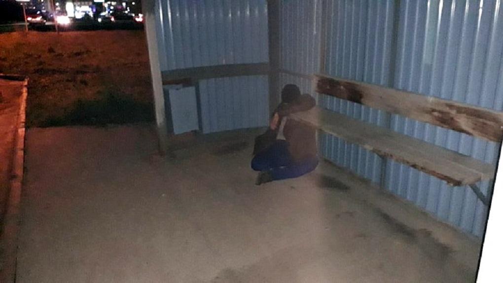 Труп неизвестного мужчины нашли на остановке под Новосибирском