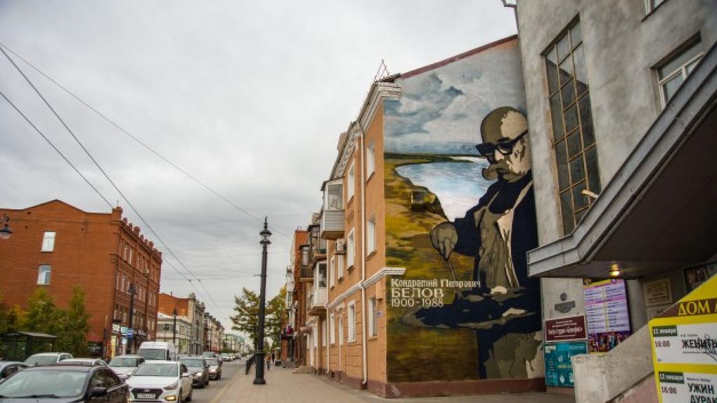 В Омске появилось новое граффити на стене жилого дома