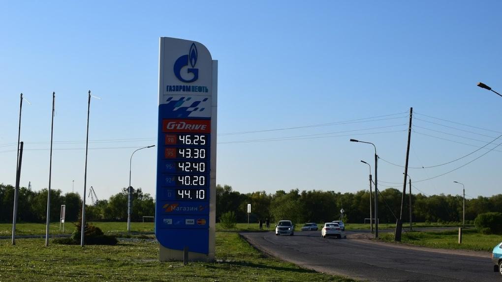 На среднюю зарплату омича можно купить 736 литров бензина