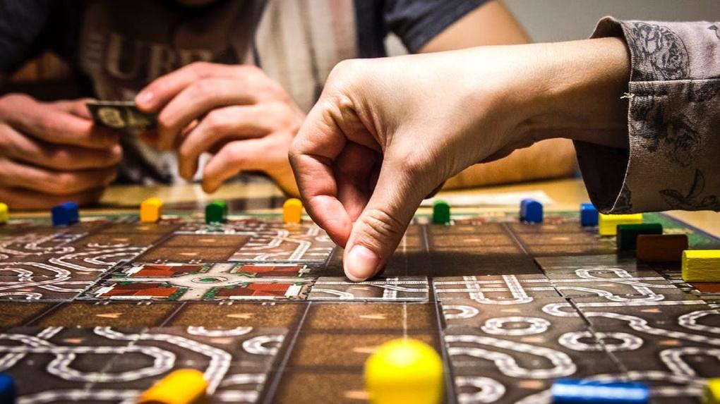 Омичам вместо компьютерных игр предлагают играть в «Шаффлборд» и «Крокинол»