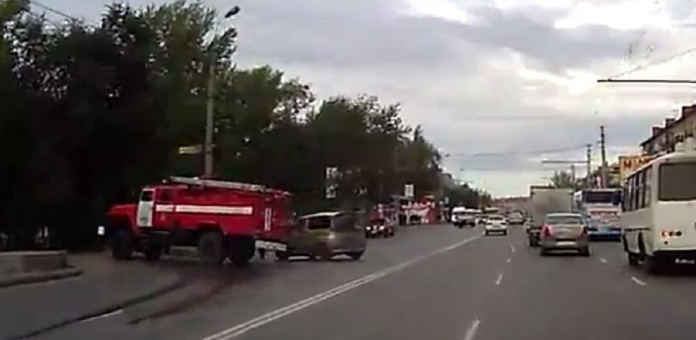 В Омске пожарная машина дрифтовала по проспекту Мира