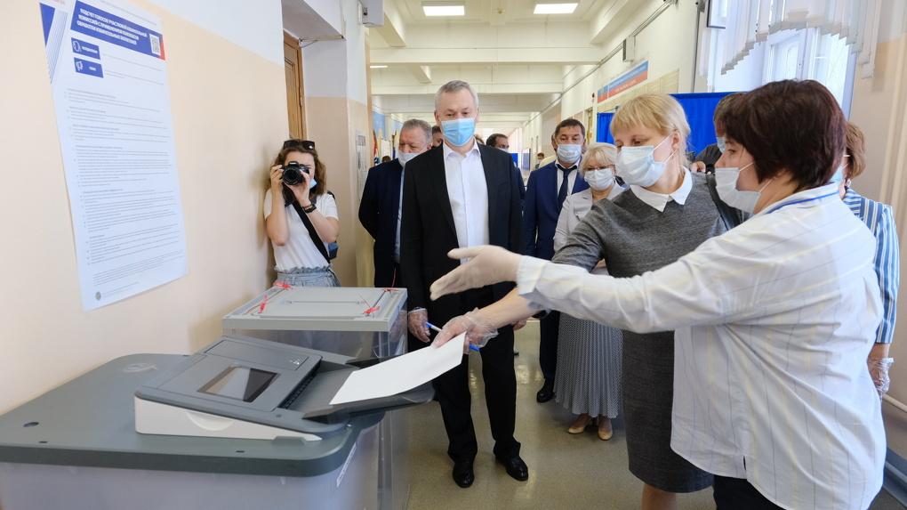 Губернатор Новосибирской области проверил уровень соблюдения санитарных норм на избирательных участках