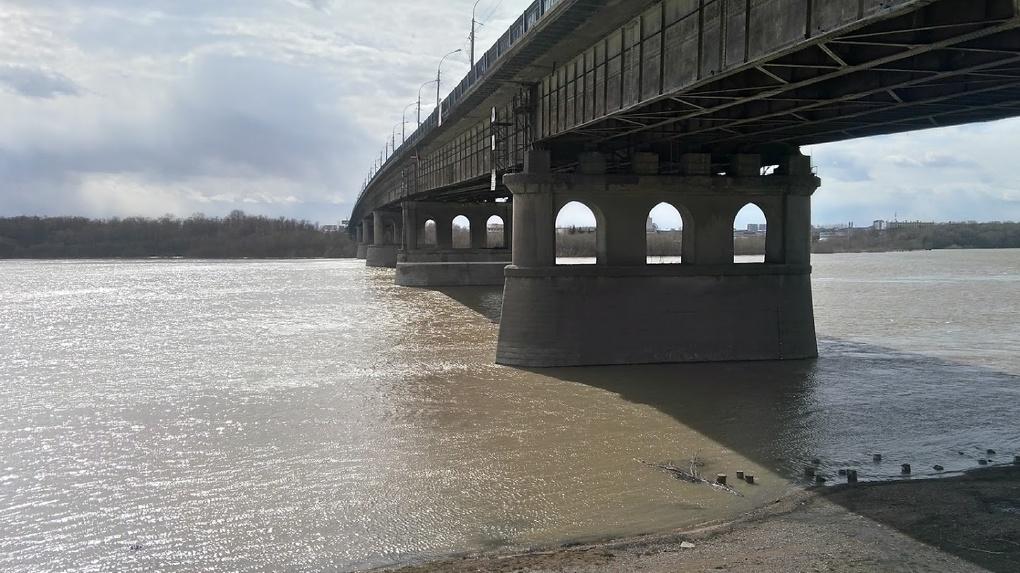 Под Ленинградским мостом могут сделать сцену на воде. Бурков оценил перспективы набережной Омска