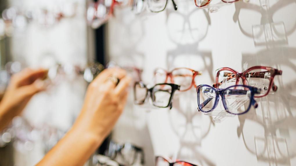 В Новосибирске нелегальные уличные торговцы продавали опасные для зрения очки