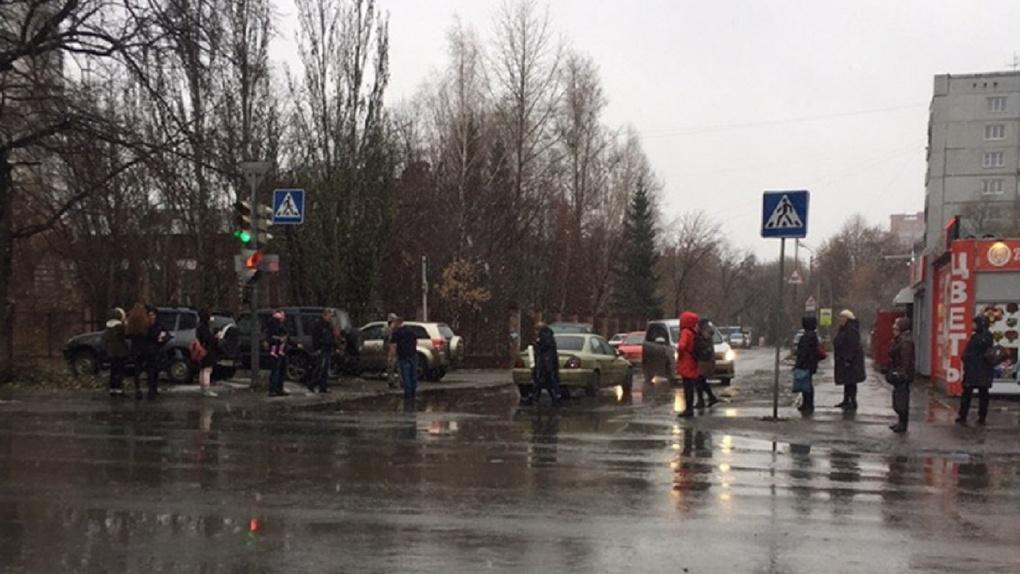 В Омске пешеходы разгромили машину, не уступившую им дорогу