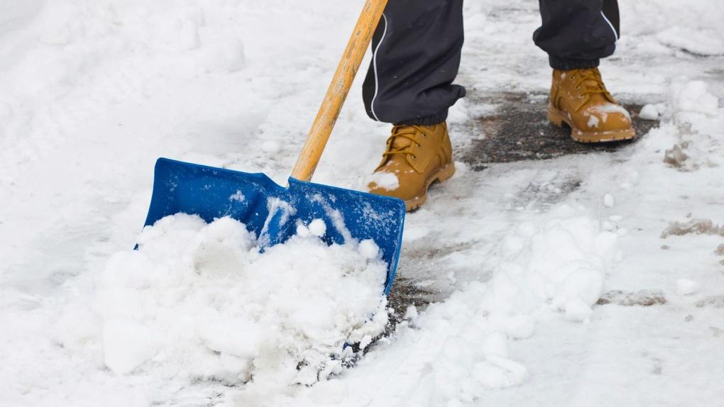 В Омске некачественно убирают снег возле торговых комплексов
