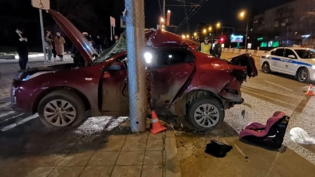 Влетел в столб: в Новосибирске на Красном проспекте произошло ДТП со смертельным исходом
