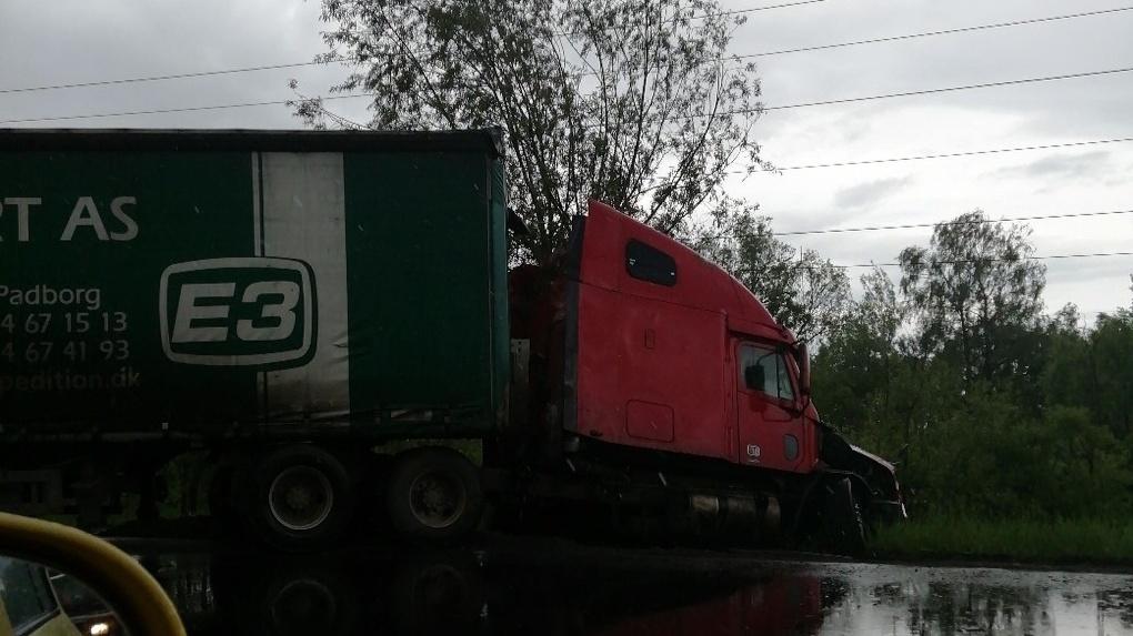 В Омске после столкновения фура и внедорожник вылетели в кювет