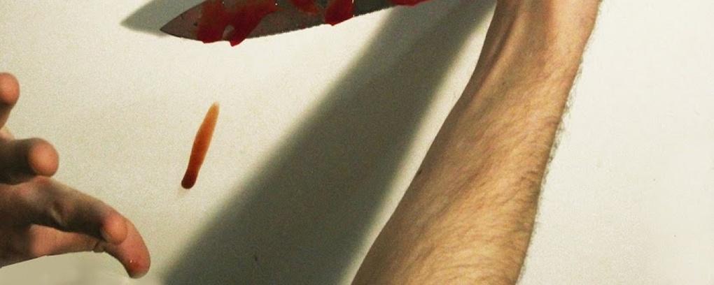 Трое омичей пытались с помощью ножа разделить женщину