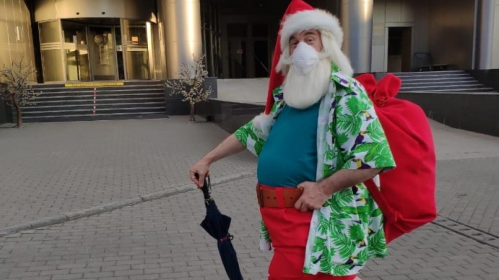 Санта Клаус в ковидном комбинезоне прогулялся по Новосибирску