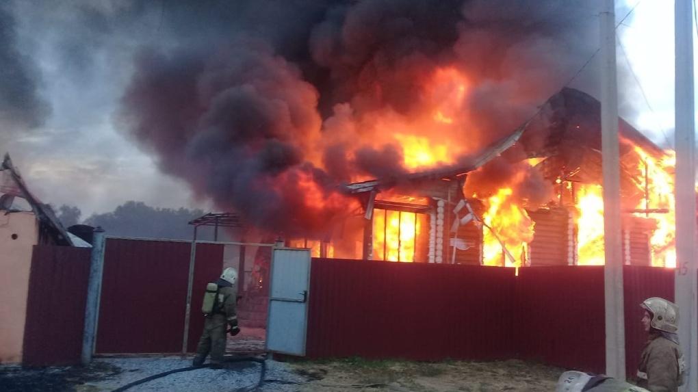 В Омском районе пожар повредил два дома