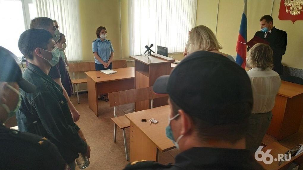 Трое полицейских изнасиловали девушку в патрульной машине, решив, что она проститутка