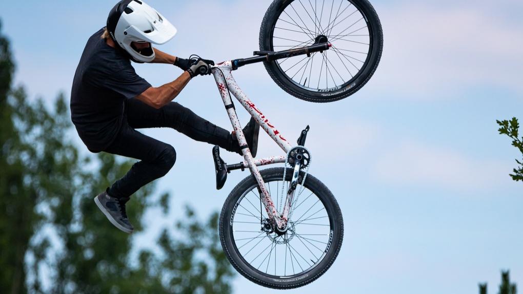 Омскую велодорожку превратили в полосу препятствий со столбами
