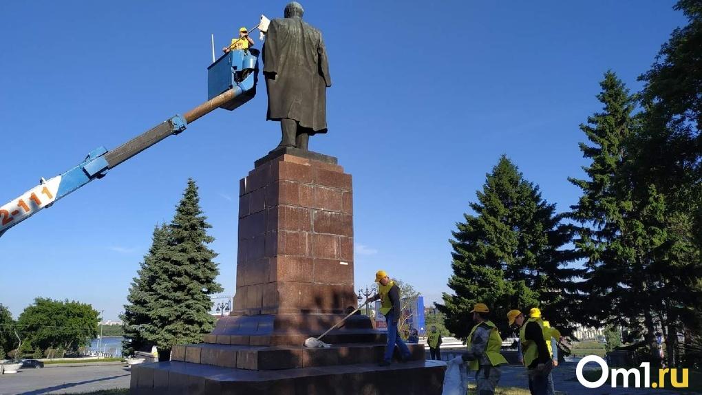 «Берем под свое шефство»: омские справедливороссы помыли памятник Ленину (Фото)